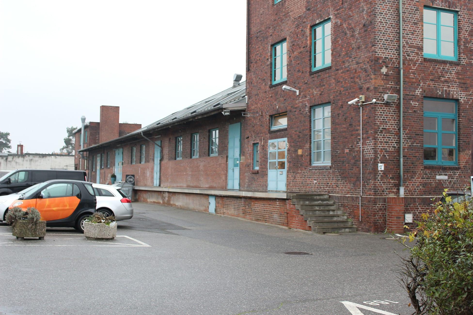 Farbenlager Warenausgabe mit Parkplätzen